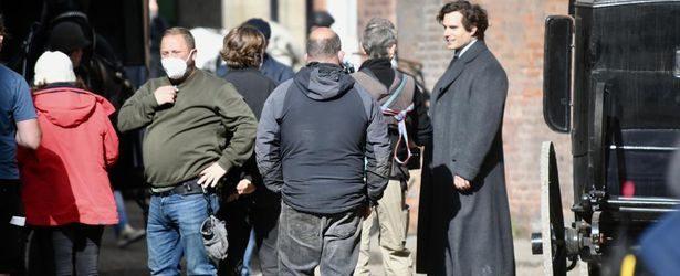 Henry Cavill az Enola Holmes 2. részének forgatásán